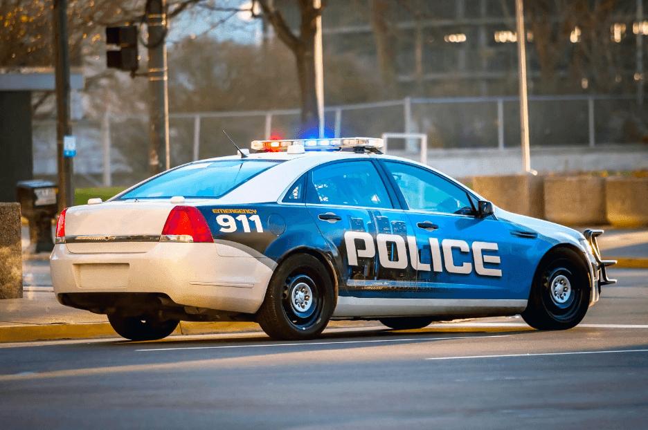 Voiture de police conduisant sur une route   Photo : Shutterstock