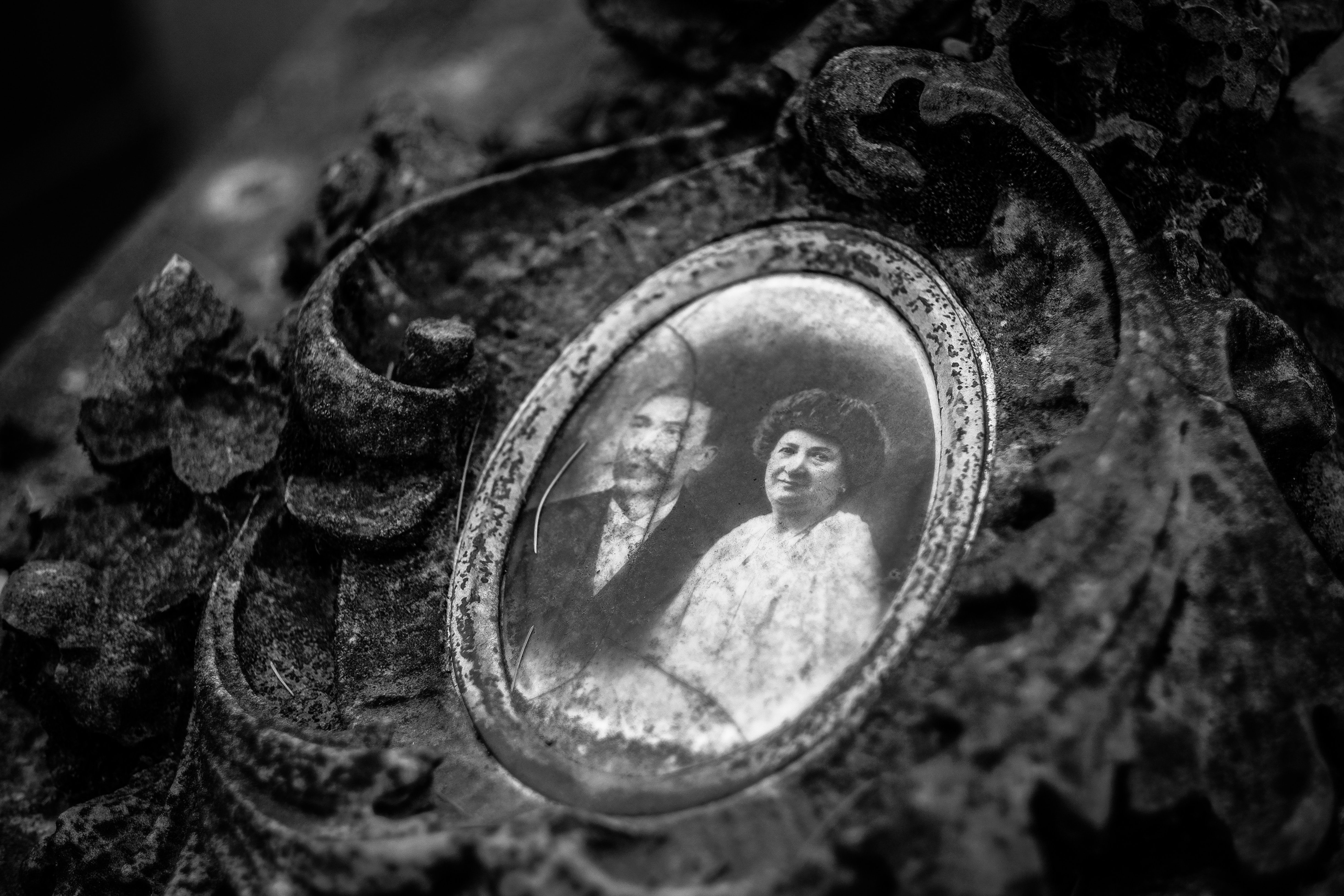 An old picture of a couple in a pendant | Source: Unsplash.com