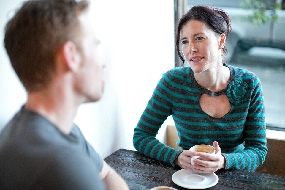 A woman looking at a man during a coffee date. | Source: PixaBay