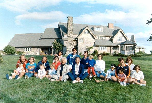 Portrait de la famille Bush devant leur demeure à Kennebunkport, Maine, le 24 août 1986| Getty Images