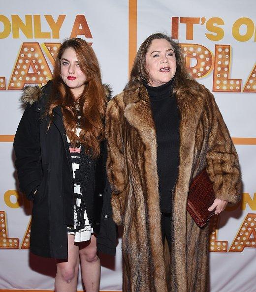Rachel Ann Weiss et Kathleen Turner au Théâtre Bernard B. Jacobs le 23 janvier 2015 à New York.|Photo : Getty Images