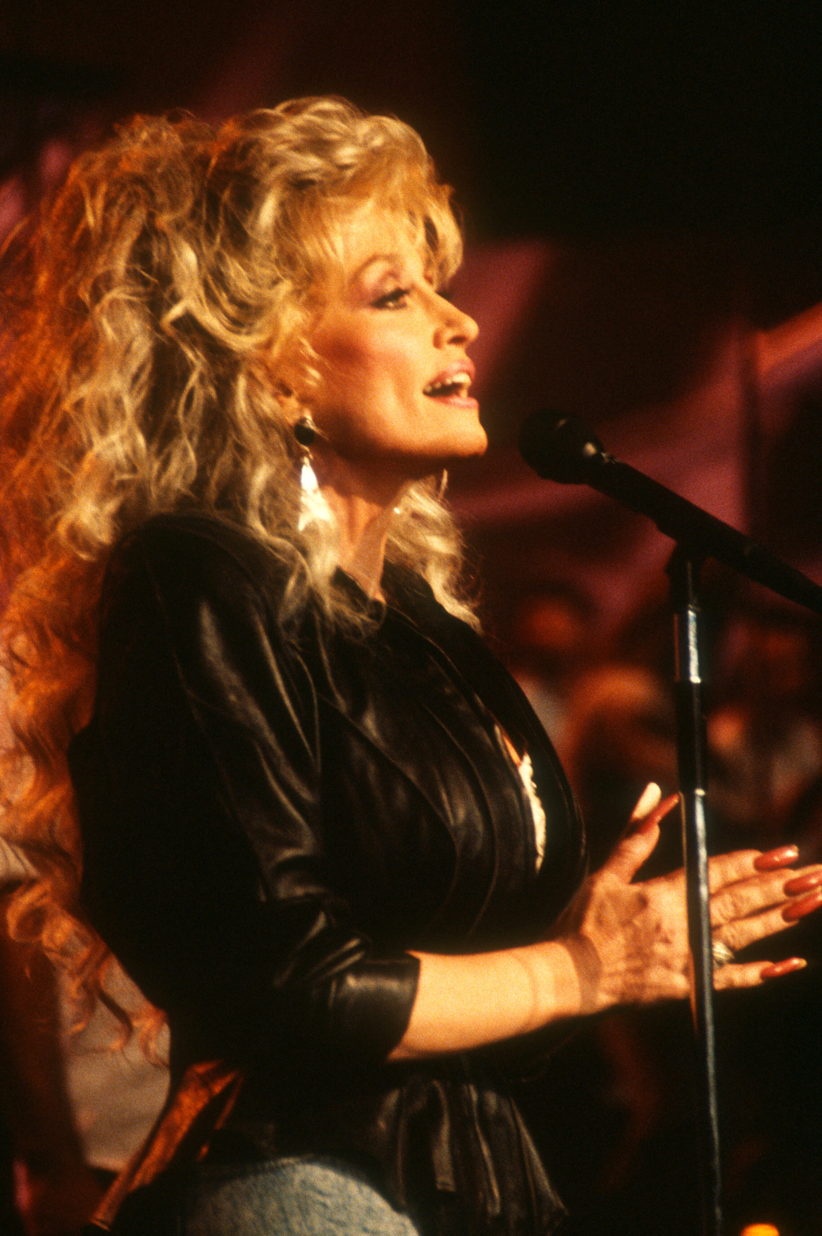 """Dolly Parton rehearsing for her appearance on """"The Tonight Show"""" onNovember 23, 1989..   Photo: Getty Images"""