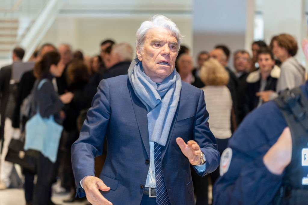 Bernard Tapie lors d'une récréation au tribunal de Paris, à Paris, France, le 4 avril 2019. | Photo : Getty Images