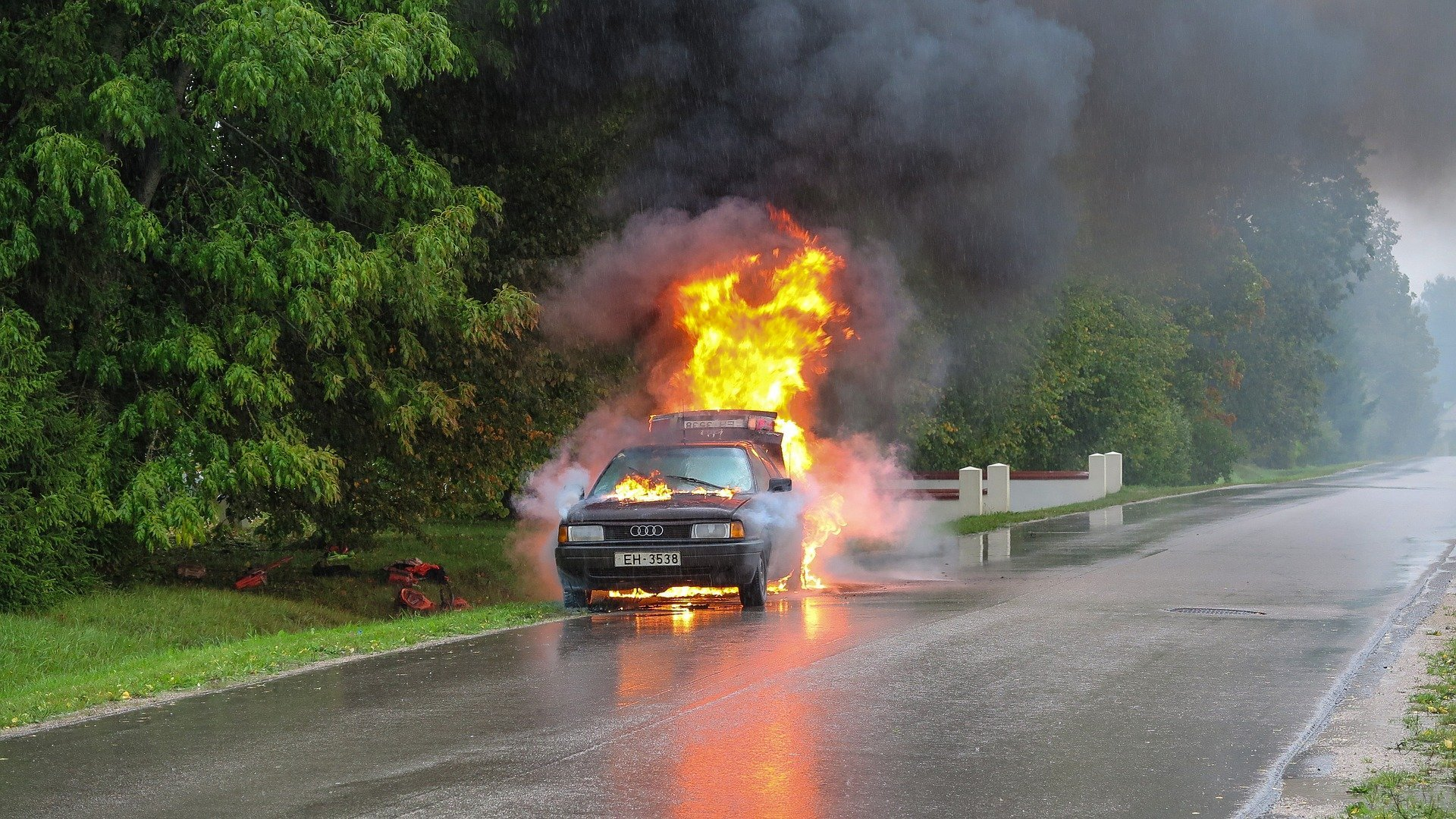 A photograph of a burning car on the side of the road | Source: Pixabay