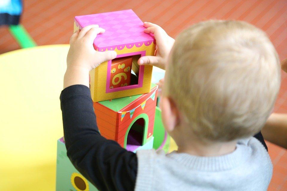 Un enfant jouant à un château. | Photo : Pixabay