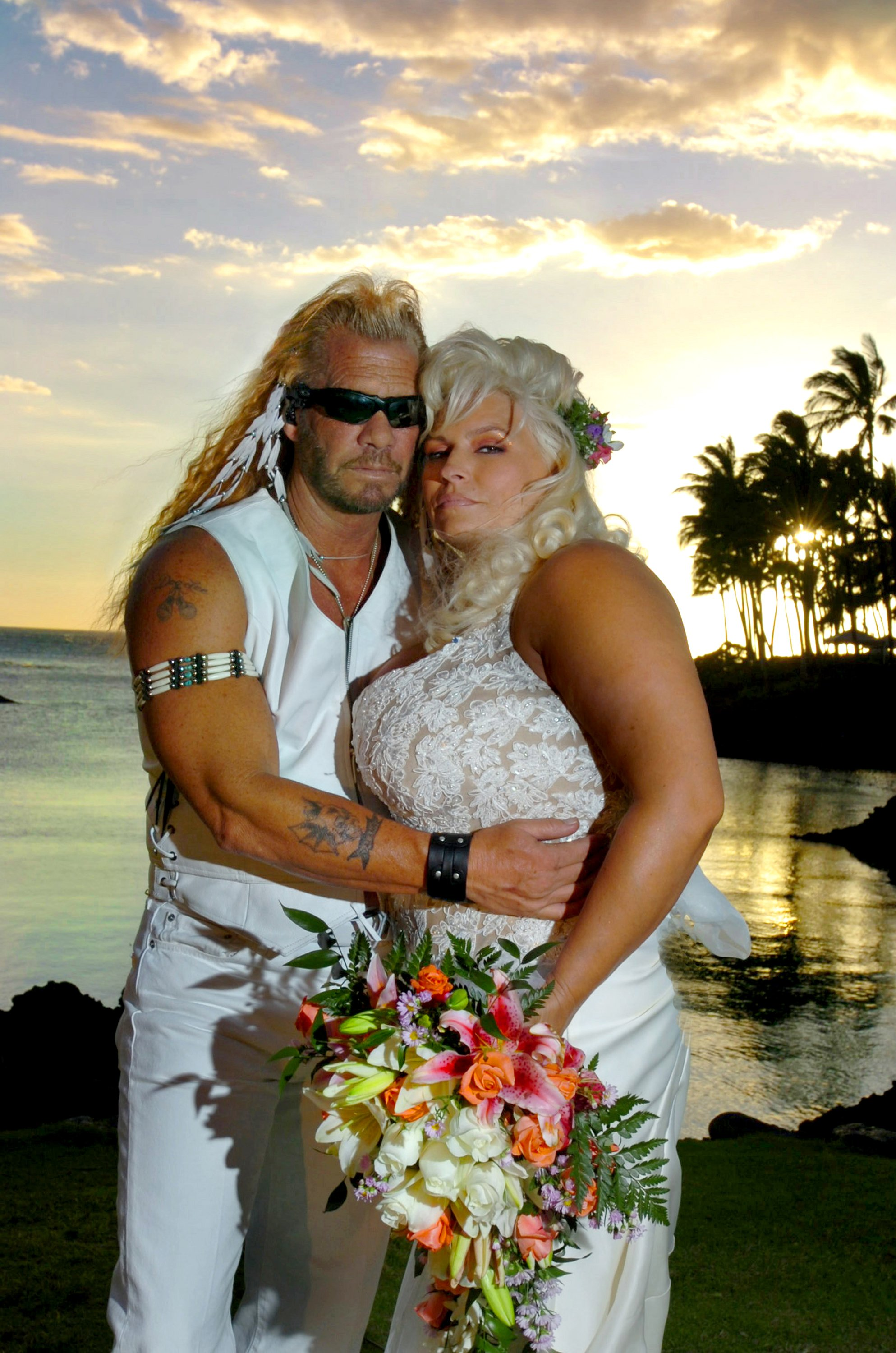 Dog and Beth at their wedding in 2006, in Hawaii. | Photo: Getty Images