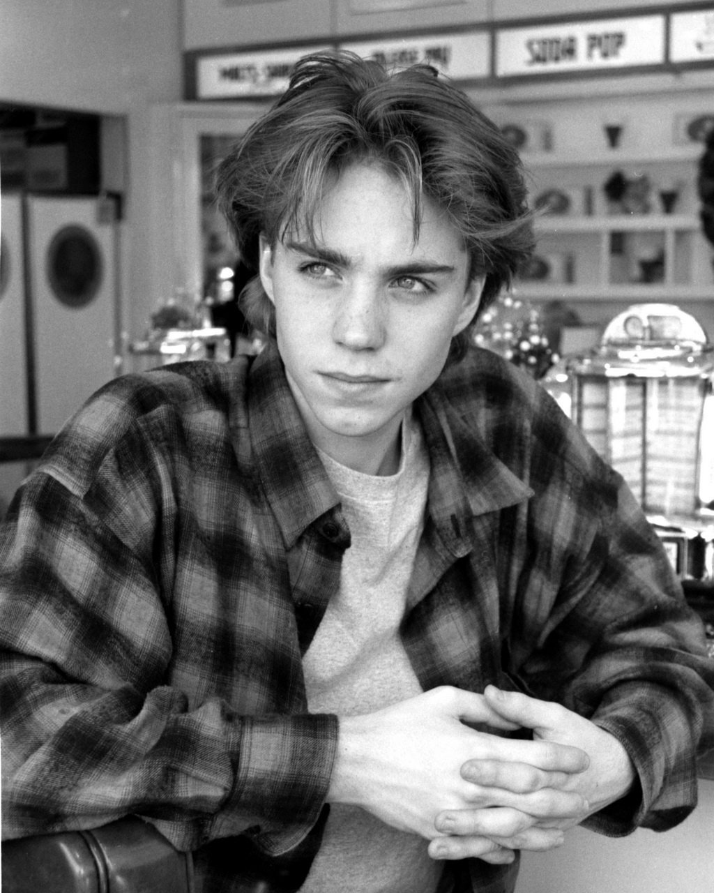 Jonathan Brandis Dec.1993 in a Ventura Blvd diner in Los Angeles | Photo: Wikimedia Commons Images