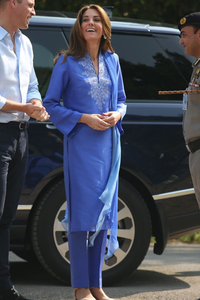 Prince William et Kate Middleton visitent une école à Islamabad, Pakistan. | Photo: Getty Images