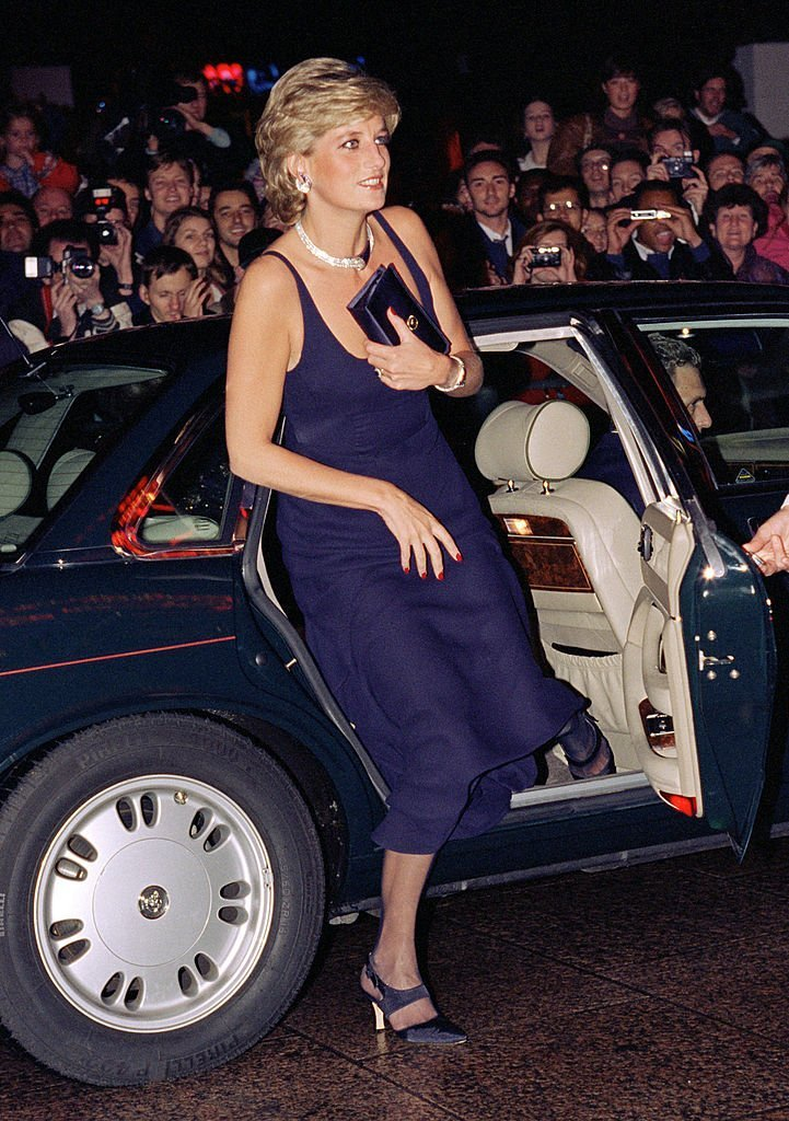 "La princesse Diana assiste à la première "" hantée "" à Londres 