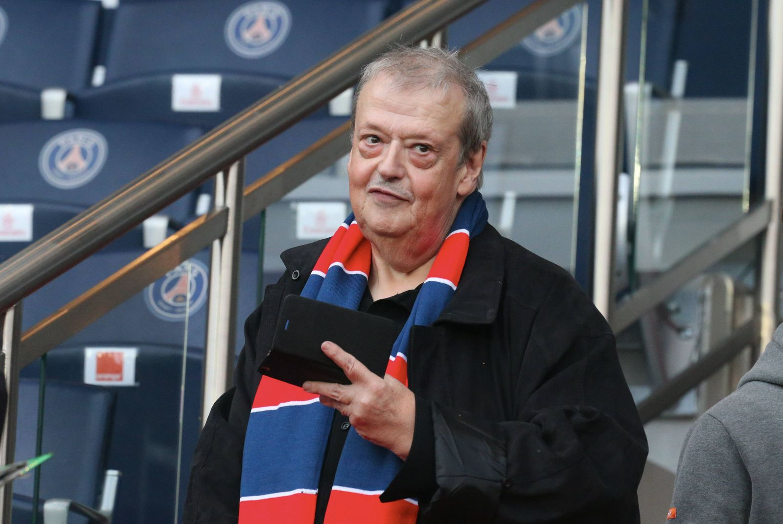 Guy Carlier au Parc des Princes le 7 novembre 2015 à Paris, France. | Photo : Getty Images