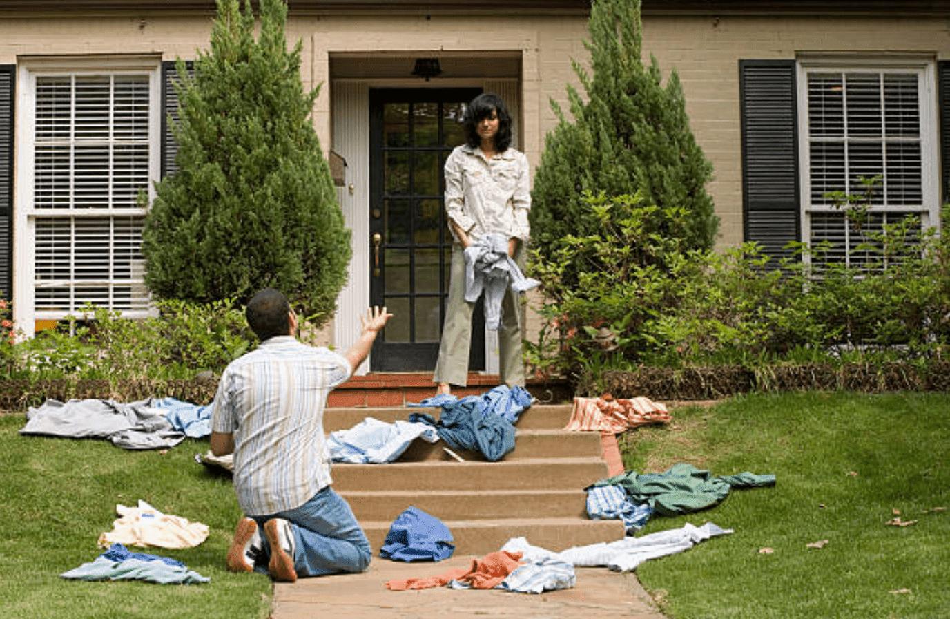 Esposa enojada echando a su marido de la casa. | IMagen: Getty Images