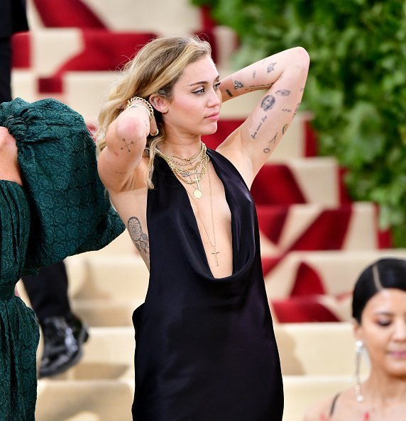 Miley Cyrus is seen arriving to the Heavenly Bodies: Fashion & The Catholic Imagination Costume Institute Gala on May 7, 2018 in New York City | Photo: Getty Images