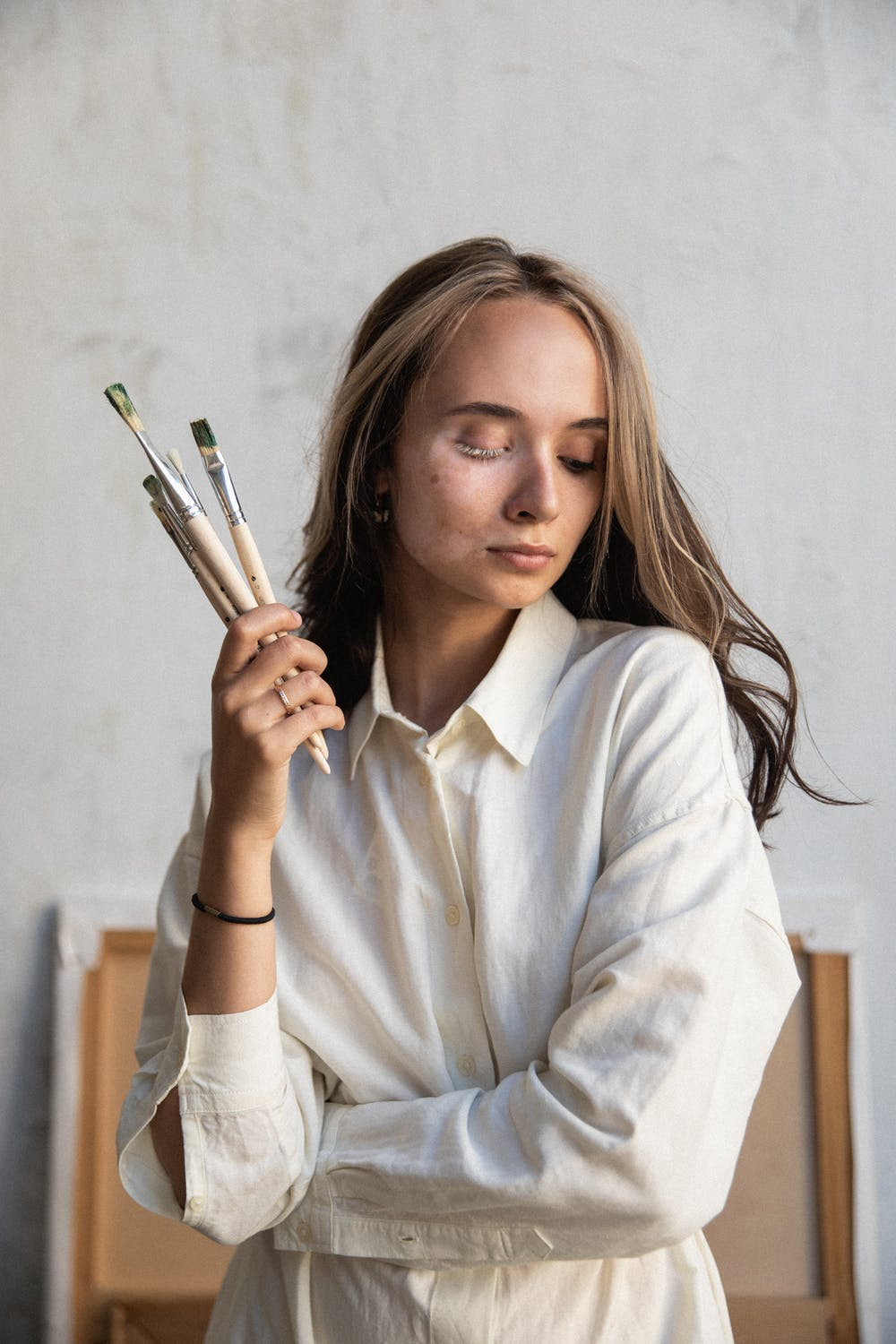 Woman with paint brushes | Source: Pexels