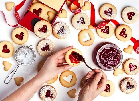 Traditional Linzer cookie with strawberry jam | Photo: Getty Images
