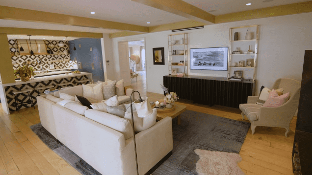 Hilary Duff's Los Angeles family home: living room | Photo: YouTube/Architectural Digest