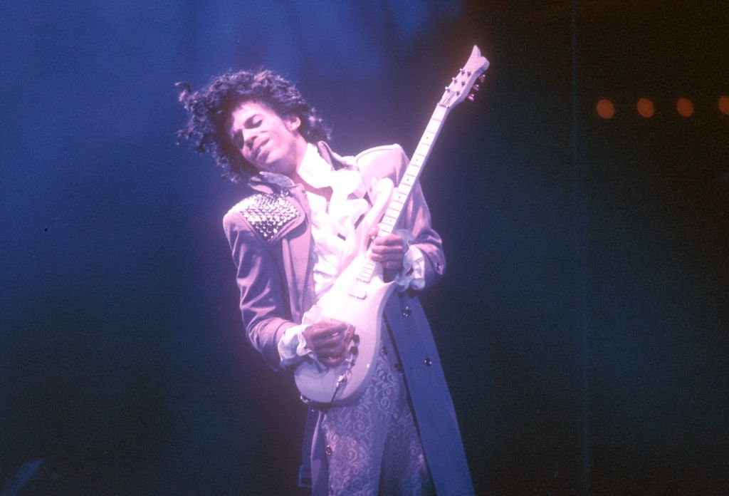 Prince performs live at the Fabulous Forum on February 19, 1985 in Inglewood, California. | Photo: Getty Images