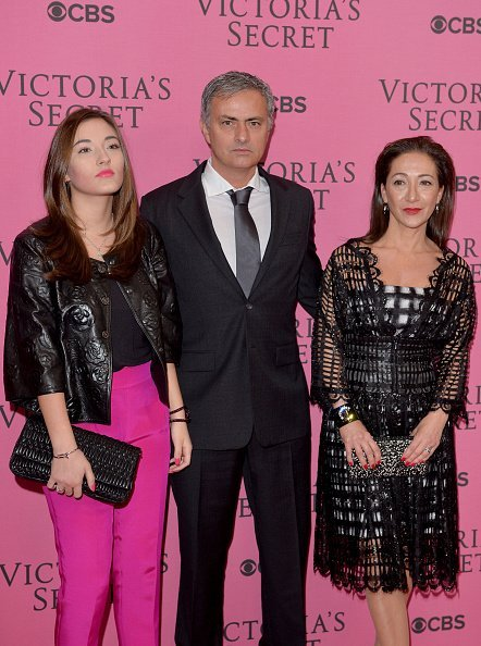 José Mourinho, son épouse Matilde Faria et sa fille Matilde assistent au tapis rose du défilé de mode Victoria's Secret de 2014 à Londres, en Angleterre. | Photo : Getty Images