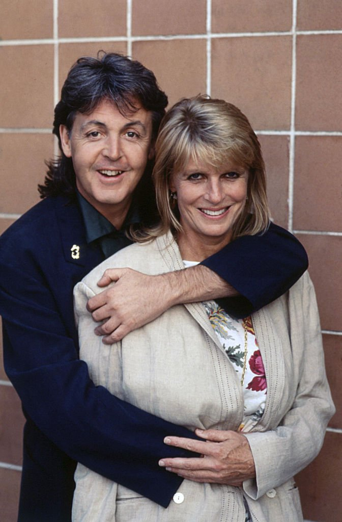 Photo of Paul McCartney hugging his wife Linda Eastman. 1989 | Photo : Getty Images