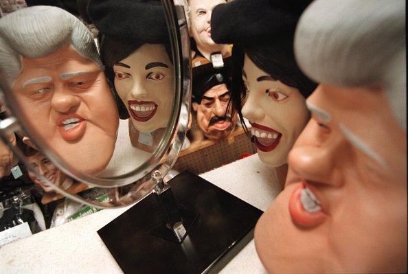 Las máscaras de Halloween del presidente de los Estados Unidos Bill Clinton y Monica Lewinsky se ven reflejadas en un espejo el 20 de octubre de 2000 en Fantasy Costumes en Chicago. | Fuente: Getty Images