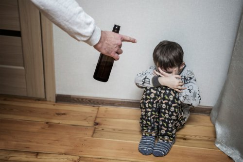A young boy scared of his drinking father. | Source: Shutterstock.