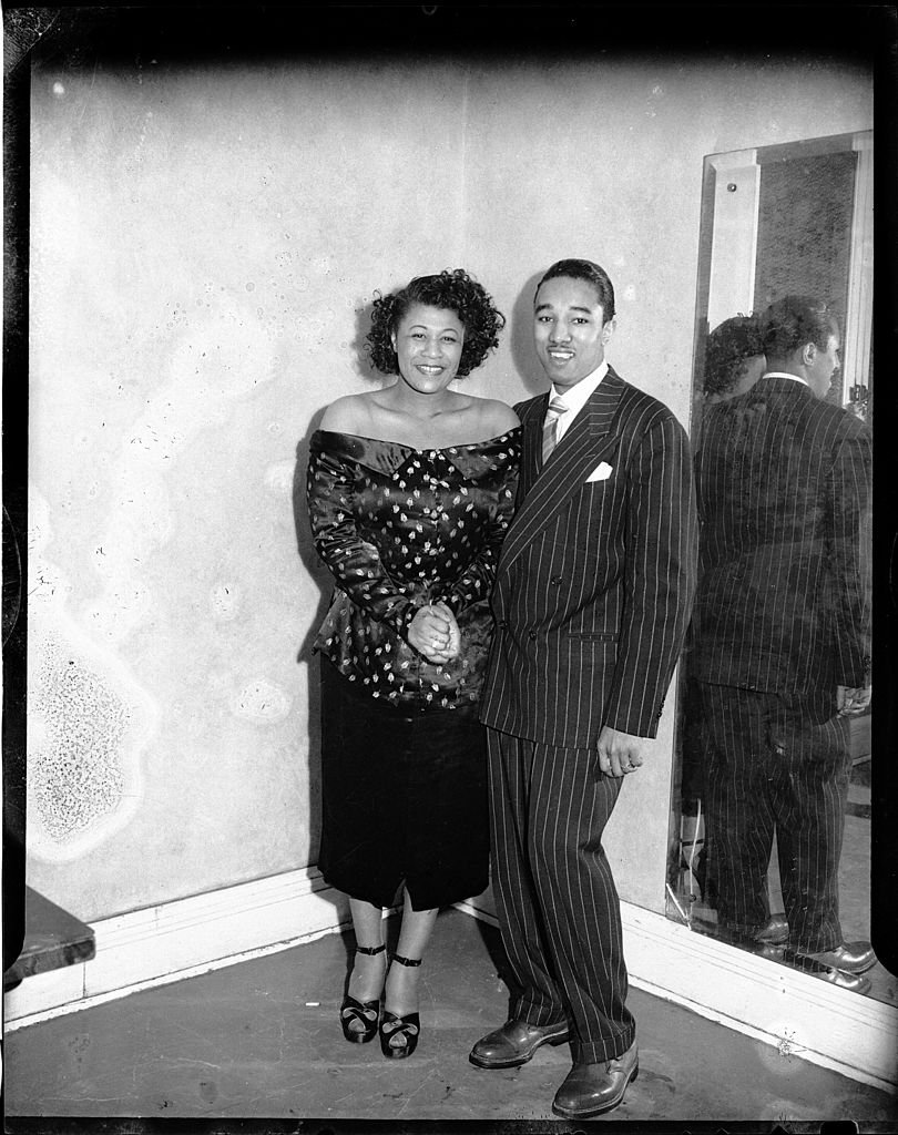 Ella Fitzgerald and Ray Brown standing in front of mirror at Pittsburgh, Pennsylvania on January 01, 1949 | Photo: Getty Images
