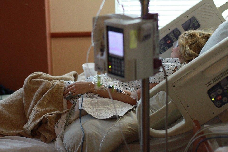 Une fille allongée sur un lit d'hôpital dans un état critique | Photo : Pixabay