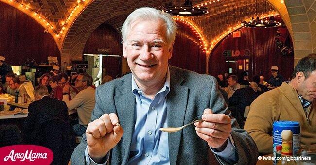 Un homme mangeant des huîtres mâchouilla quelque chose de dur et il s'est avéré que c'était une perle de valeur