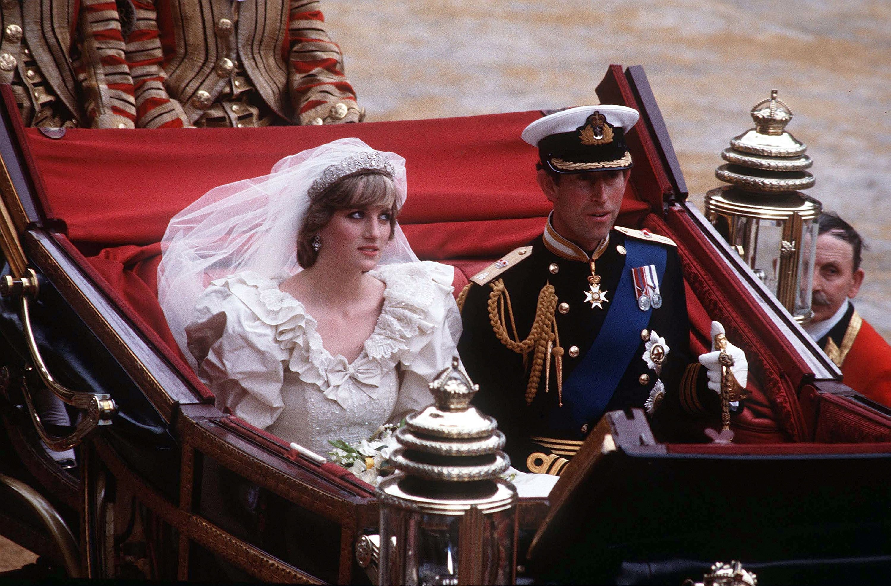 Diana, Princess of Wales and Prince Charles ride in a carriage after their wedding at St. Paul's Cathedral July 29, 1981 | Source: Getty Images