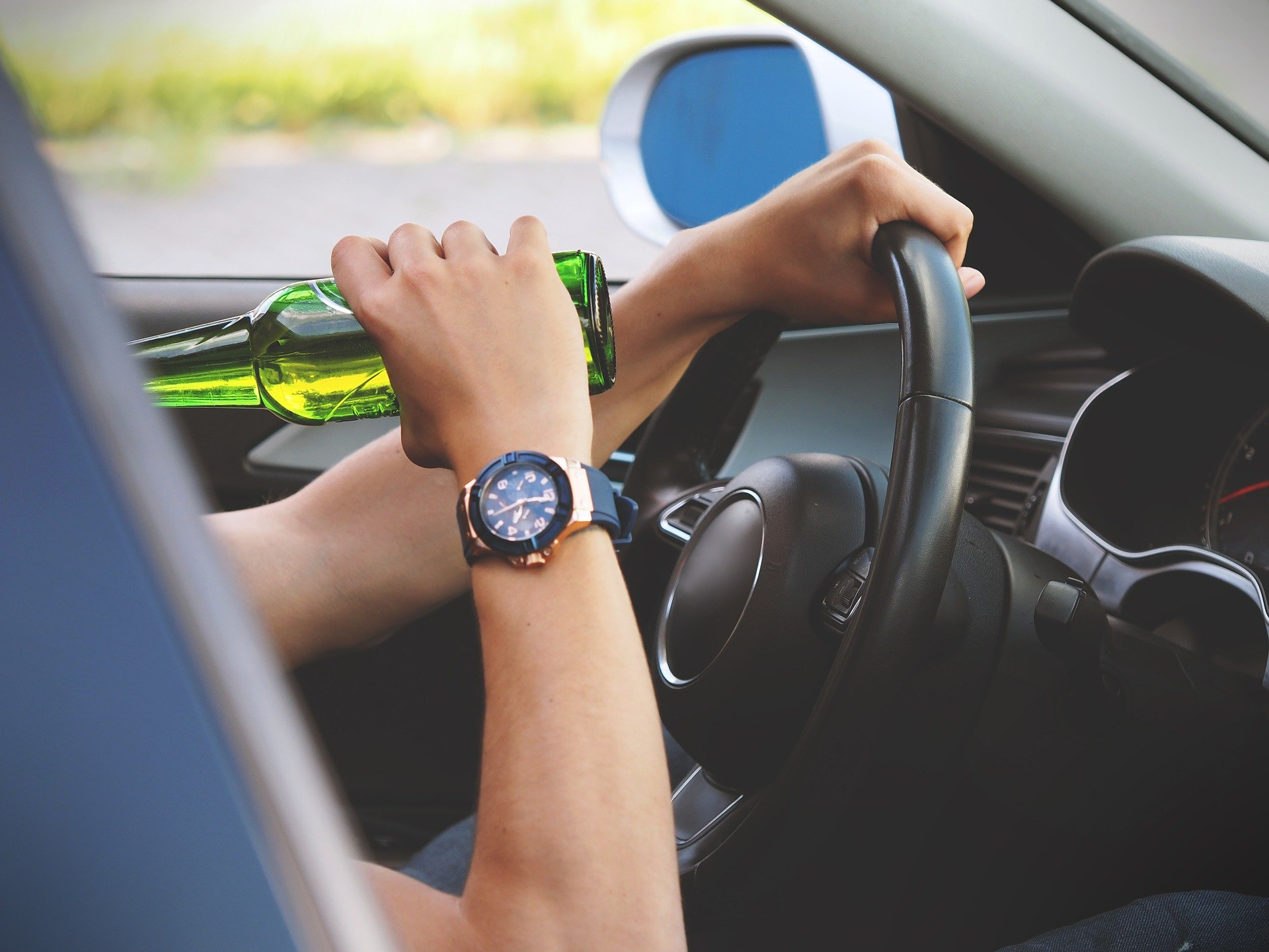 A man breaking the law by drinking and driving.   Source: Pixaby.