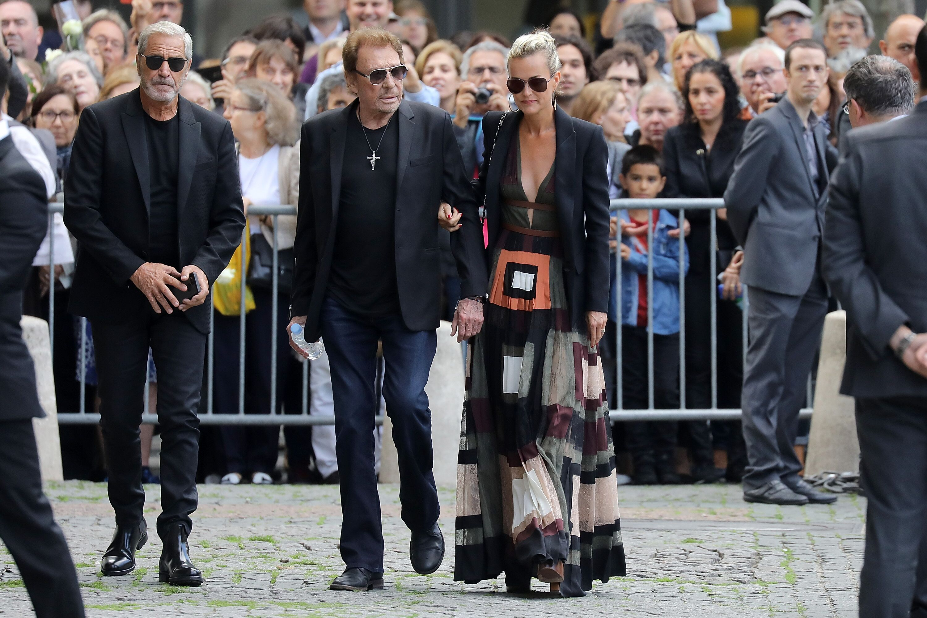 Johnny et Laetitia Hallyday assistent aux funérailles de Mireille Darc à l'église Saint-Sulpice à Paris, France. | Photo : Getty Images