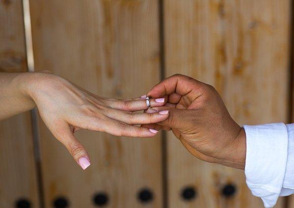 Ein Mann, der seiner Frau einen Antrag macht | Quelle: Getty Images
