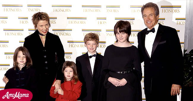 Warren Beatty poses with wife Annette Bening and children Isabel, Ella, Benjamin and Kathlyn at the 27th Annual Kennedy Center Honors at U.S. Department of State, December 4, 2004 | Photo: Getty Images