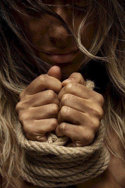 Mujer maniatada. | Imagen: Pixabay