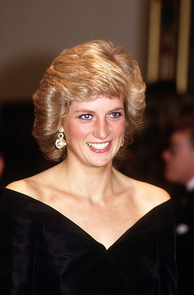 "La princesse Diana dans sa robe iconique ""Travolta"