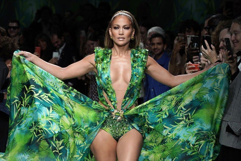 Jeannifer Lopez se promène sur la piste du défilé de Versace pendant la Semaine de la mode de Milan Printemps/Eté 2020. | Source : Getty Images