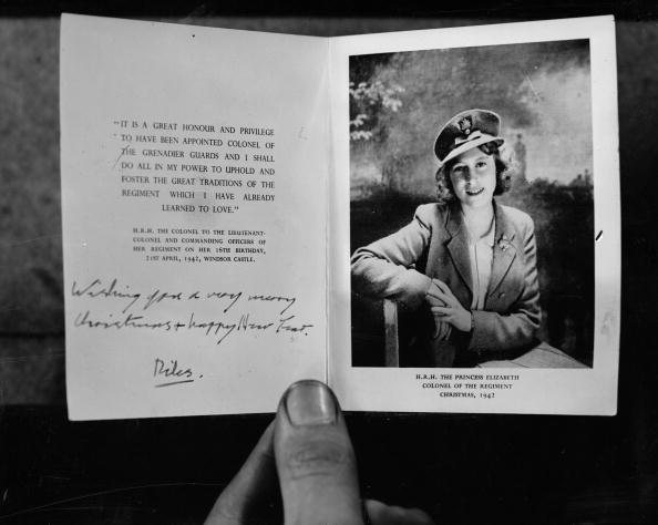 A Christmas card from Queen Elizabeth II to the Grenadier Guards regiment of the British Army in 1942. | Photo: Getty Images