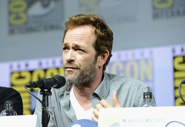 Luke Perry speaks onstage at the 'Riverdale' | Photo: Getty Images