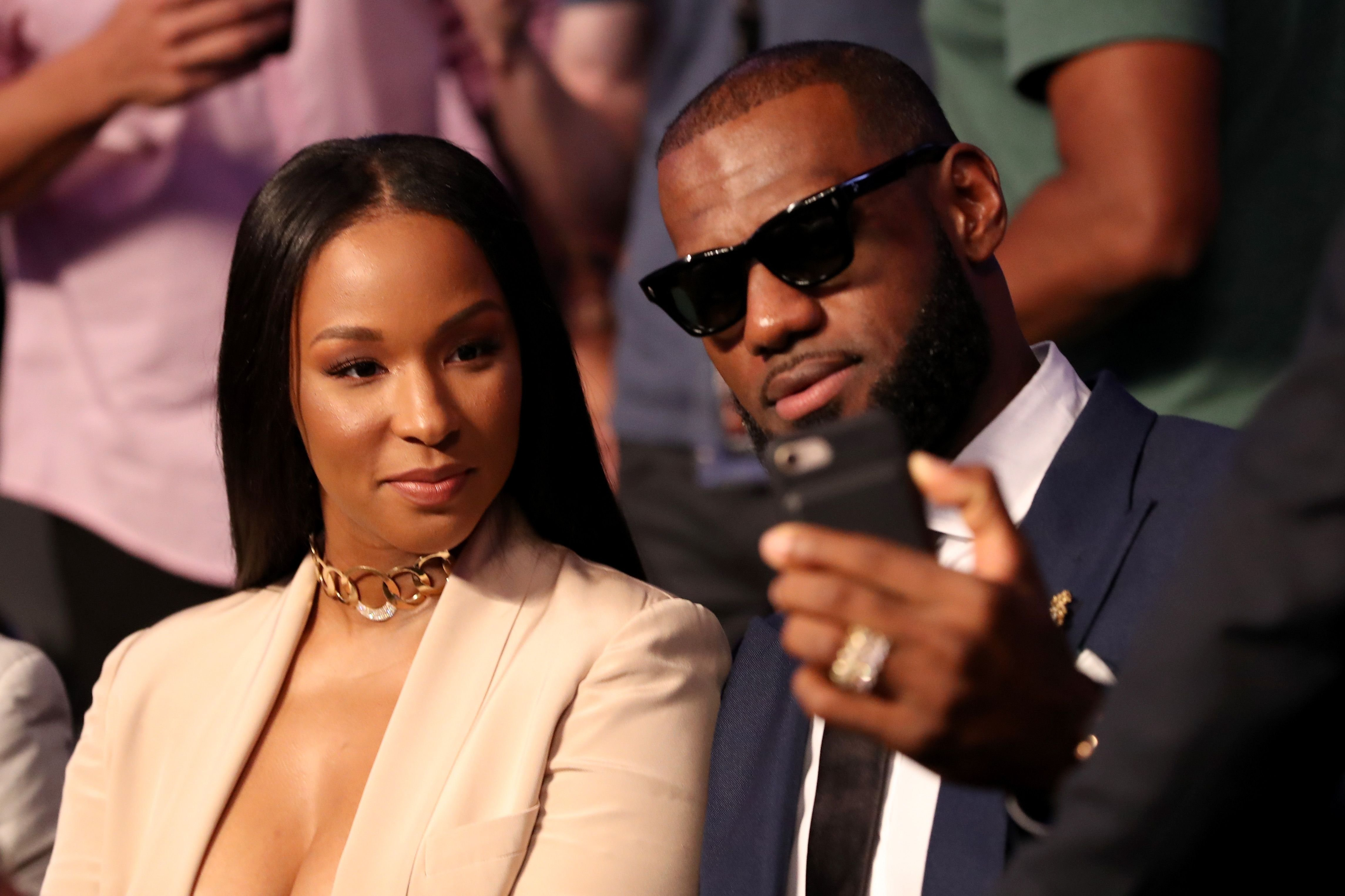 Lebron James and wife Savannah Brinson at the super welterweight boxing match between Floyd Mayweather Jr. and Conor McGregor on August 26, 2017 | Photo: Getty Images