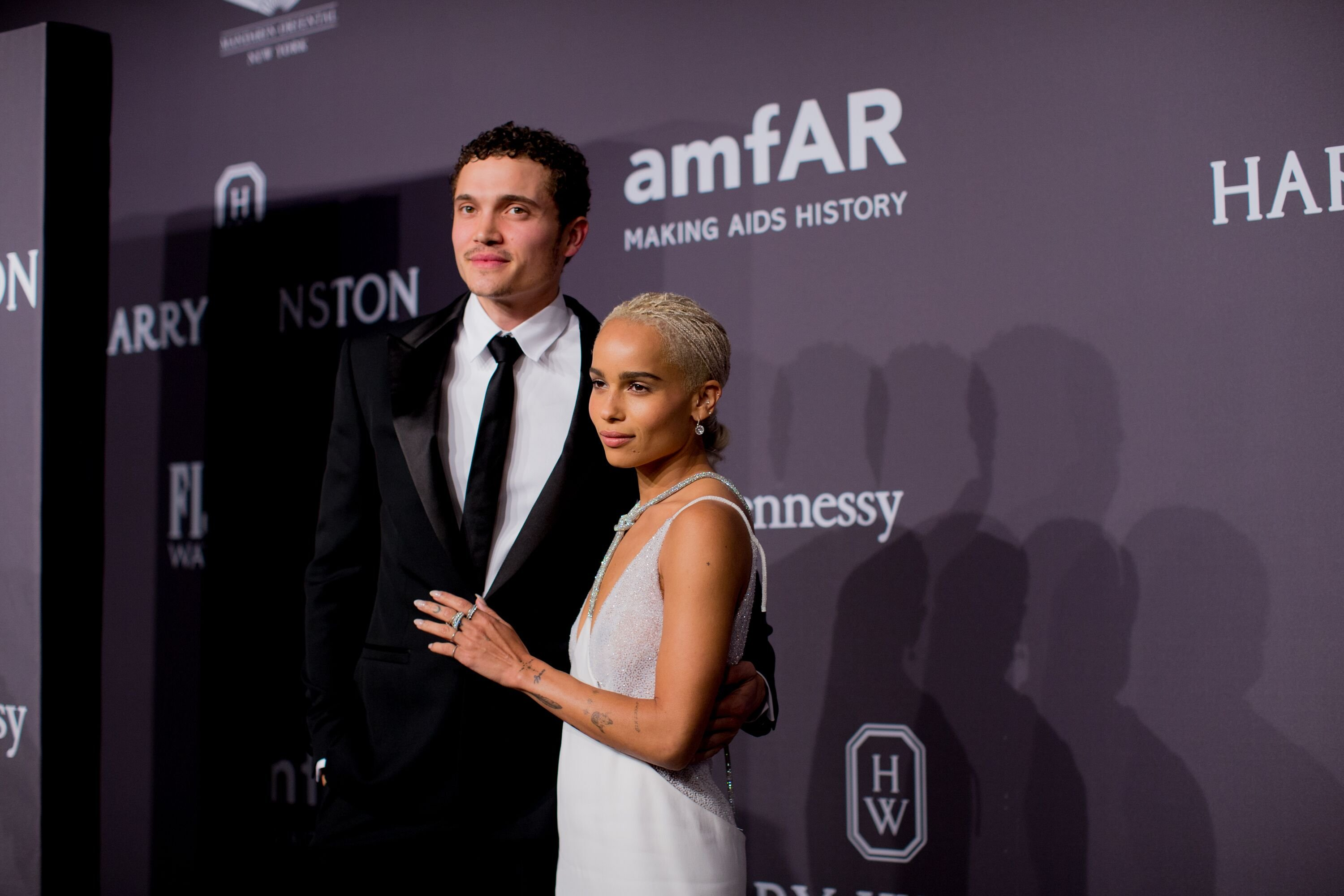 Karl Glusman and Zoe Kravitz arrive at the 19th Annual amfAR New York Gala at Cipriani Wall Street on February 8, 2017 | Photo: Getty Images