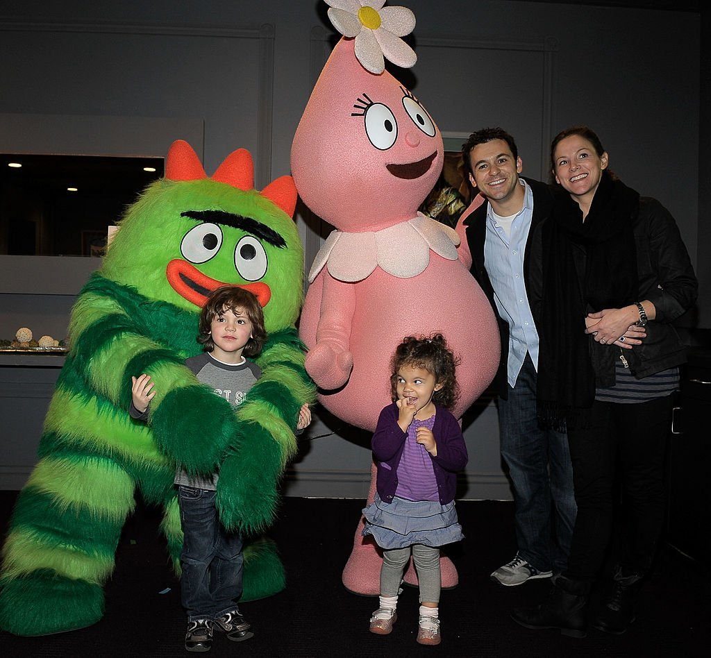 Fred Savage, his wife Jennifer Lynn Stone and children Oliver and Lily greet characters of YO GABBA GABBA! at Nokia L.A. LIVE on November 26, 2010 | Photo: GettyImages