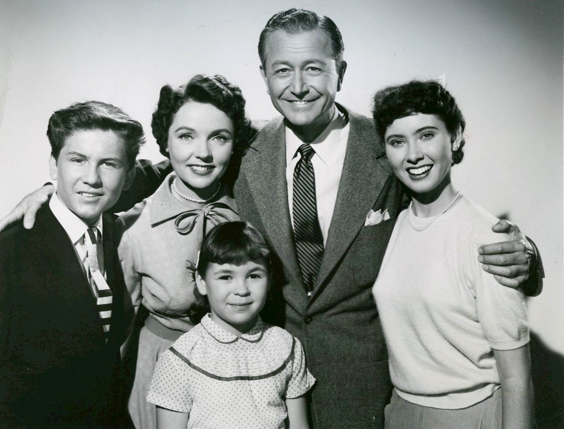 Cast photo of the Anderson Family. Back, from left: Billy Gray, Jane Wyatt, Robert Young, Elinor Donahue. At front is Lauren Chapin. | Source: Wikimedia Commons.