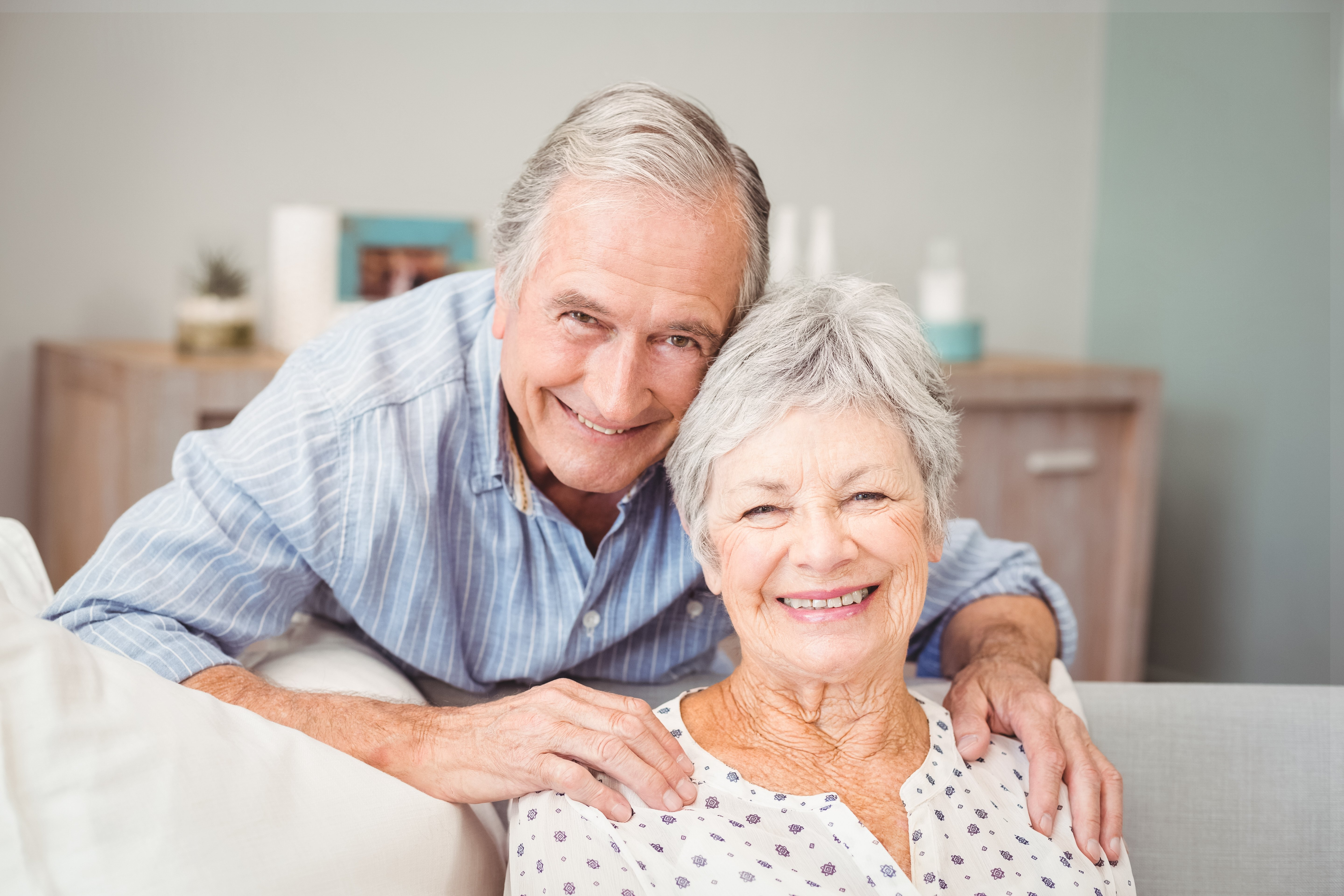 Portrait of romantic senior man with his wife at home | Photo: Shutterstock