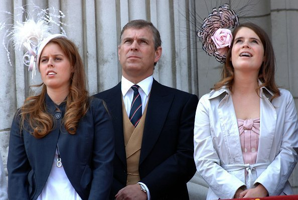Prince Andrew, Duke of York stands between his daughters, Princess Beatrice (l) and Princess Eugenie, wearing teeth braces, on the balcony of Buckingham Palace following the Trooping the Colour ceremony on June 17, 2006 | Photo: Getty Images