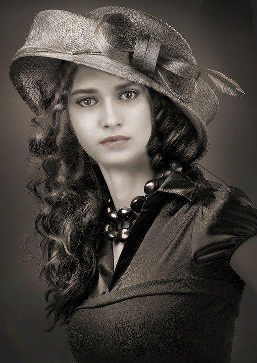 Une femme au cheveux foncés. | Photo : Pixabay