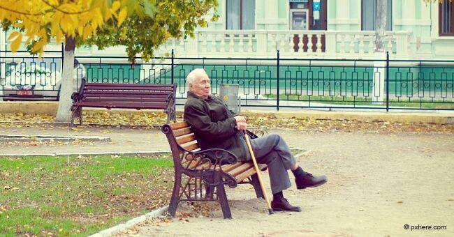 Un jeune arrogant insulte un homme âgé