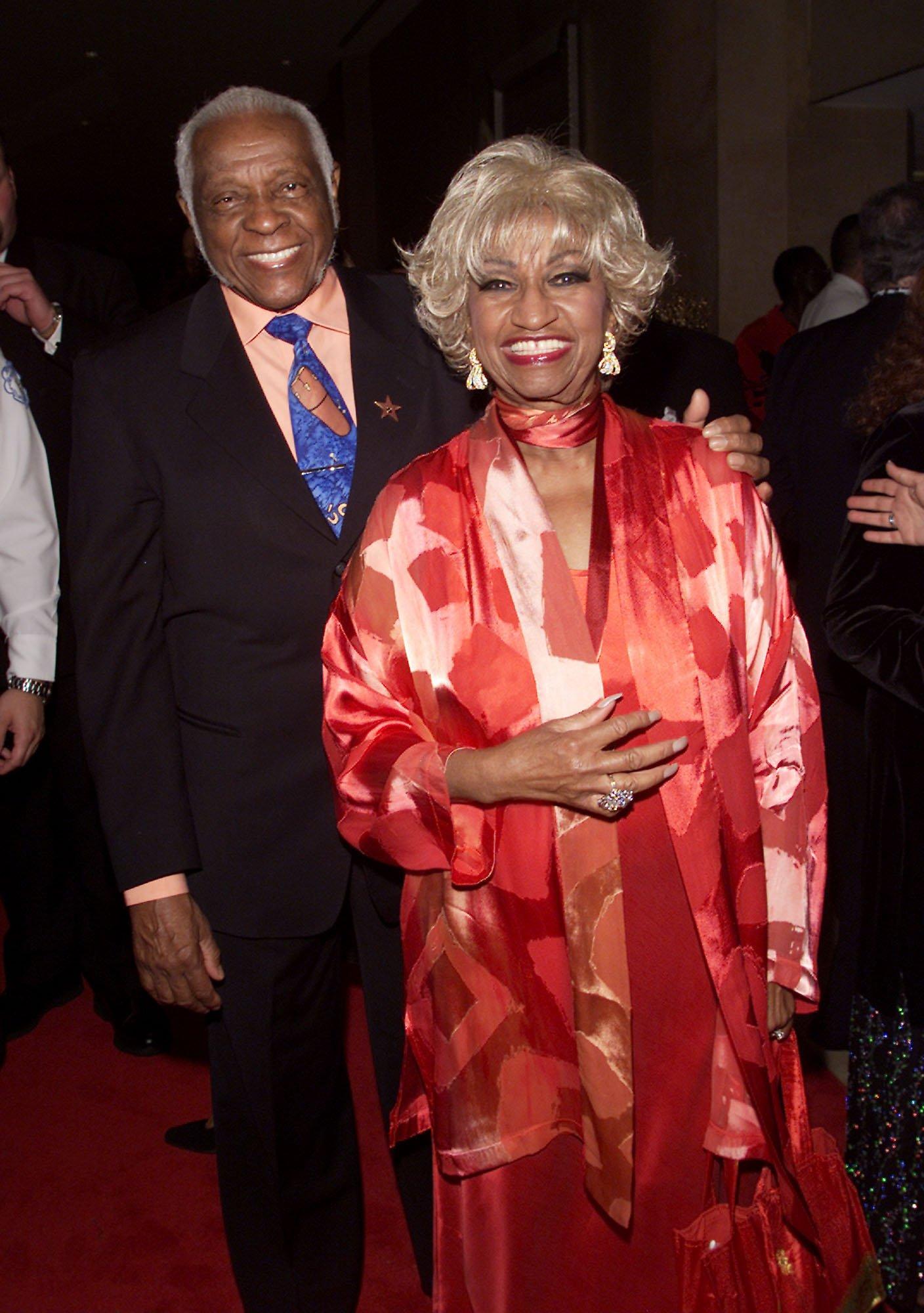 Celia Cruz (der) y su esposo Pedro Knight (izq) en el homenaje de la Academia de Música Latina a Julio Iglesias en Los Ángeles en 2001    Fuente: Getty Images