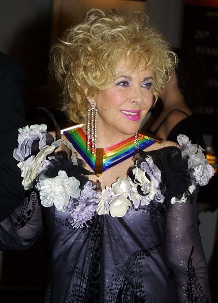 Elizabeth Taylor, one of the recipients of the 2002 Kennedy Center Honors, arrives for a reception on December 8, 2002, at the White House in Washington, D.C. | Source: Getty Images.