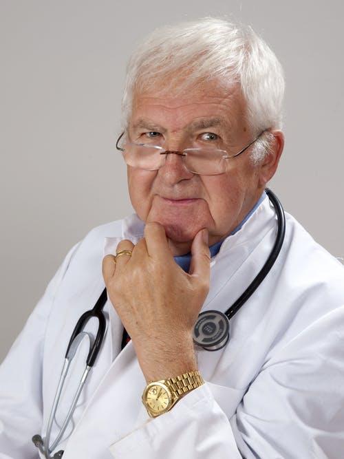 Doctor con estetoscopio. Fuente: Pixabay