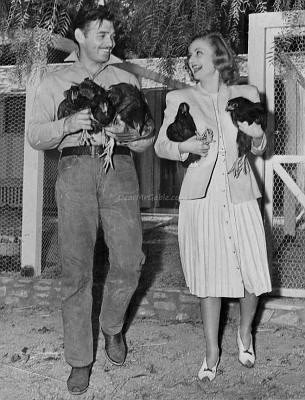 Clark Gable and Carole Lombard carrying chickens. | Source: Wikimedia Commons