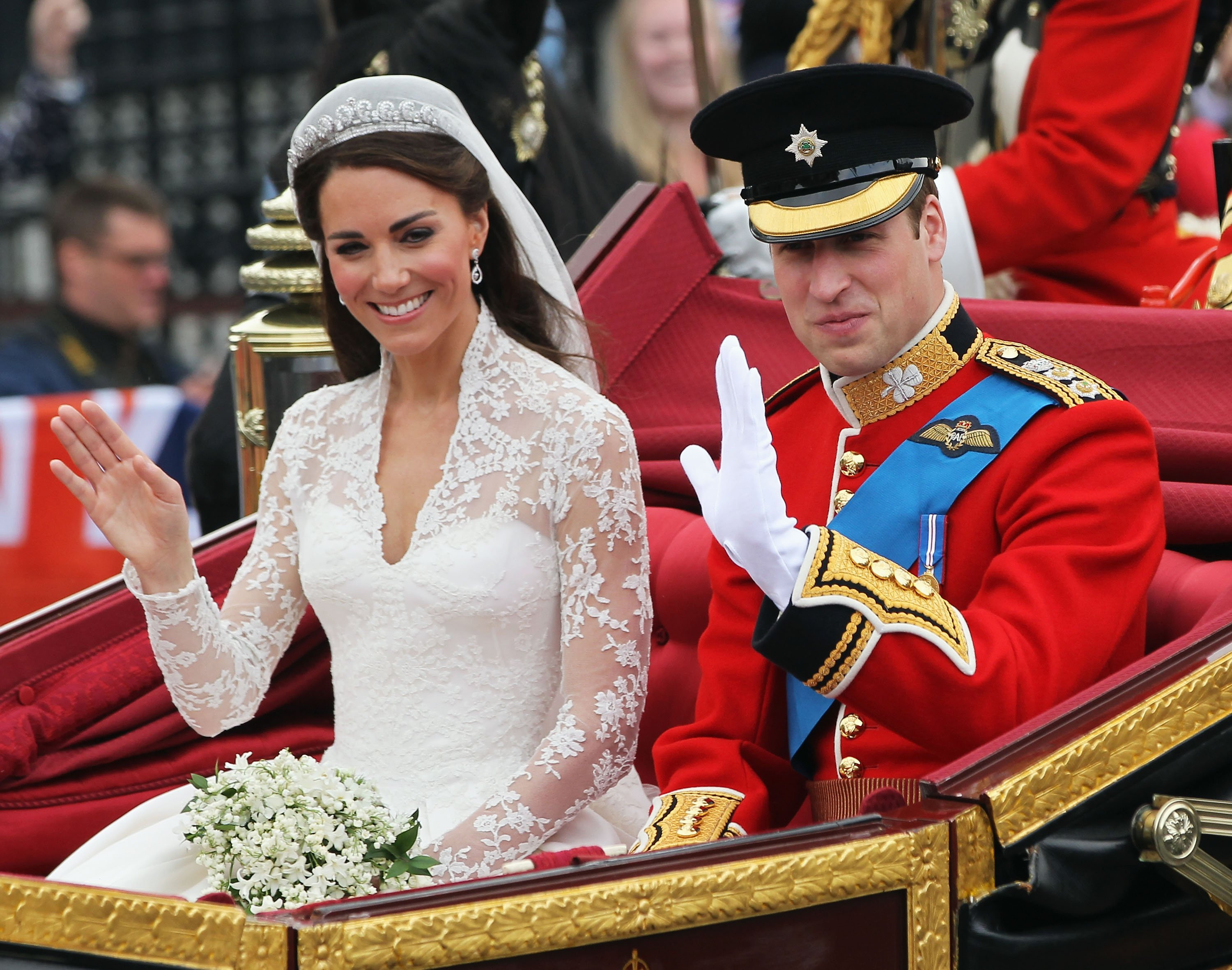 Kate Middleton and Prince William pictured on their wedding day, traveling in a carriage following the ceremony at Westminster Abbey. 2011, London, England. | Photo Getty Images